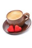 Tasses de café et de sucrerie rouge dans la la forme du coeur Photographie stock