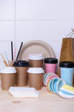 Tasses de café et de thé pour sur l'aller Les tasses de papier et thermo pour chaud ou le froid boit sur le compteur en bois de b image libre de droits