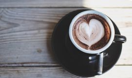 Tasses de café noir placées sur la table pendant le matin photos stock