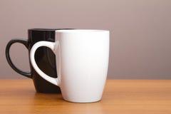 Tasses de café noires et blanches Photographie stock libre de droits