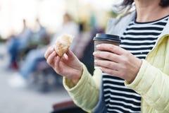 Tasses de café de papier chez des mains du ` s des femmes photos libres de droits