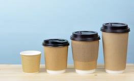 Tasses de café de papier sur une table en bois Photographie stock