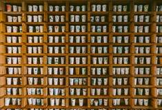 Tasses de café peintes dans l'étagère en bois dans le musée d'O'sulloc, situé sur l'île de Jeju-Do près de Seogwangdawon, la Co Photographie stock
