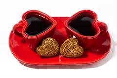 tasses de café rouges et biscuits en forme de coeur sur le fond blanc Image libre de droits