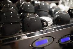 Tasses de café sur la machine de café photos libres de droits