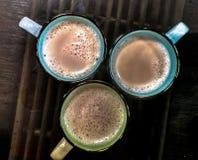 Tasses de café sur la table de canne Photos libres de droits