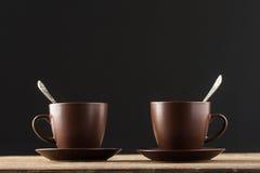 Tasses de café sur la table en bois rustique Image libre de droits