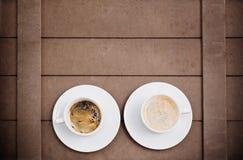Tasses de café sur le fond en bois Photos libres de droits