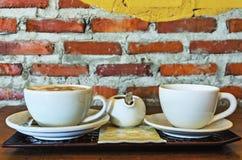Tasses de café sur vieil en bois Photo libre de droits