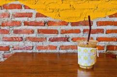 Tasses de café sur vieil en bois Photographie stock libre de droits