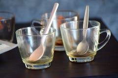 tasses de café vides sur la table en bois Photographie stock libre de droits