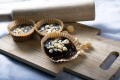 Tasses de caroube de beurre d'arachide de Vegan Images stock