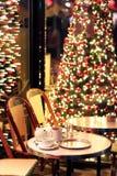 Tasses de chocolat chaud de Noël sur une terrasse Paris, époque de Noël de café de Frances photographie stock