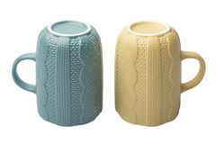 Tasses de couleur beige et bleue à l'envers sur un fond blanc Image libre de droits