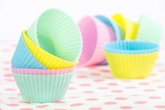 Tasses de cuisson de petit gâteau dans des couleurs en pastel Photo stock