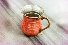 Tasses de cuivre de l'eau de tabouret Images stock