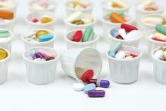 Tasses de papier de pilule Photographie stock