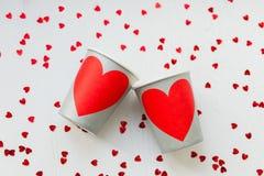 Tasses de papier pour des couples dans l'amour Photo stock