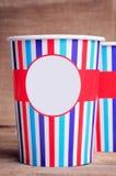 Tasses de papier sur la surface en bois Copiez l'espace sur les tasses photographie stock