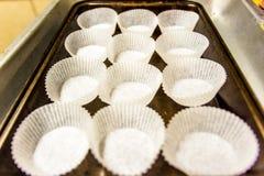 Tasses de papier vides de petit pain sur le plateau de cuisson Photographie stock libre de droits