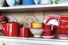 Tasses de porcelaine dans le conseil en bois photographie stock libre de droits