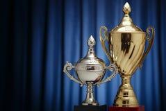 Tasses de récompense de gagnant : signes d'or et d'argent Image stock
