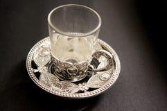 Tasses de thé argentées fleuries Photo stock