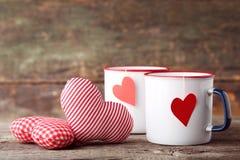 Tasses de thé avec des coeurs de tissu photographie stock libre de droits