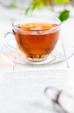 Tasses de thé avec le livre sur la table en bois Images libres de droits
