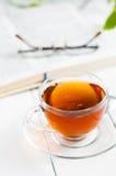 Tasses de thé avec le livre sur la table en bois Photos libres de droits