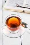 Tasses de thé avec le livre sur la table en bois Photographie stock