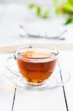 Tasses de thé avec le livre sur la table en bois Image libre de droits