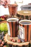 Tasses de thé avec le tamis et les biscuits faits maison sur la table de vintage Photos stock