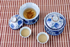 tasses de thé bleues de porcelaine blanches Photos stock