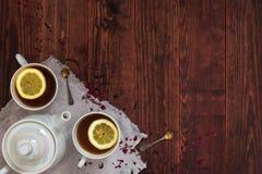 Tasses de thé de citron et d'une théière Photo stock