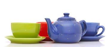 Tasses de thé colorées avec la théière Photo libre de droits