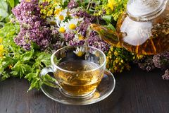 Tasses de thé en bon état sur la table photo libre de droits