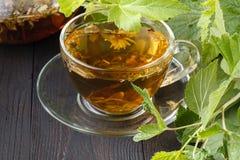 Tasses de thé en bon état sur la table photos stock