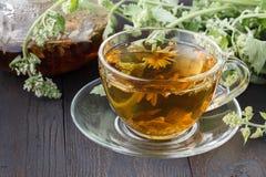 Tasses de thé en bon état sur la table photos libres de droits