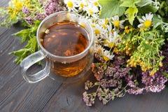 Tasses de thé en bon état sur la table photographie stock