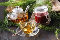 Tasses de thé en bon état sur la table images stock
