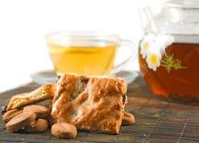 Tasses de thé et de biscuits sur le plan rapproché de table Photographie stock libre de droits