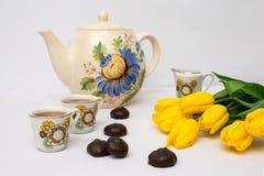 Tasses de thé et de tulipes Photo stock