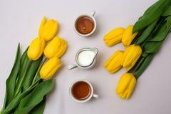 Tasses de thé et de tulipes Images libres de droits