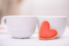Tasses de thé se tenant sur la table Images stock