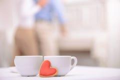 Tasses de thé se tenant sur la table Image libre de droits