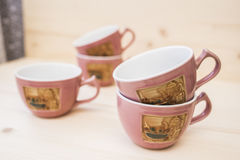 5 tasses de thé sur une table en bois Photos stock