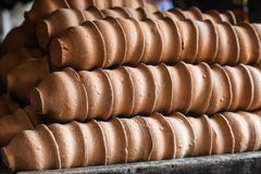 Tasses de thé de terre naturelles indiennes d'argile disposées dans les rangées images libres de droits