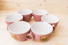 6 tasses de thé vides sur la fin de table  Photos libres de droits