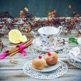 Tasses de vintage avec des petits pains Photographie stock libre de droits